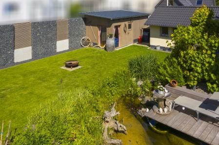 rebau-Referenzprojekte - Aussenanlagen - Gabionenwand Fundament Gartenhaus Humuseinarbeitung
