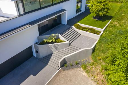 rebau-Referenzprojekte - Aussenanlagen - Treppenaufgang mit maßgefertigten Sichtbetonstufen