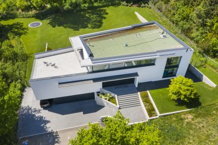 rebau-Referenzprojekte - Wohnungsbau - Einfamilienhaus mit Flachdach, Garage und Treppenaufgang