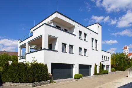 rebau-Referenzprojekte - Wohnungsbau - Einfamilienhaus mit Flachdach und zwei Garagen