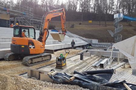 rebau-Referenzprojekte - Erdbewegungen - Auffüllen Arbeitsraum unter Besucherteresse Freibad SIG