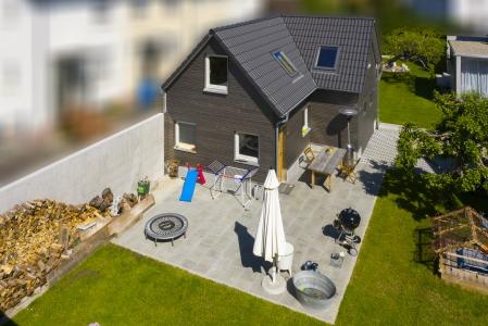 rebau-Referenzprojekte - Aussenanlagen - Gartenhaus mit Pflasterfläche sowie Zufahrt